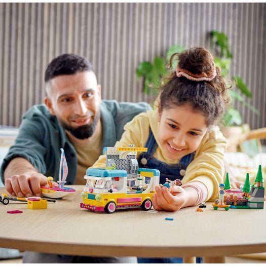 Конструктор LEGO Friends Лісовий будинок на колесах і вітрильника (41681)в Україні