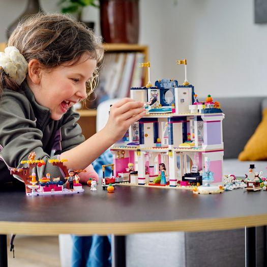 Конструктор LEGO Friends Гранд-готель у Хартлейк-Сіті (41684)в Україні