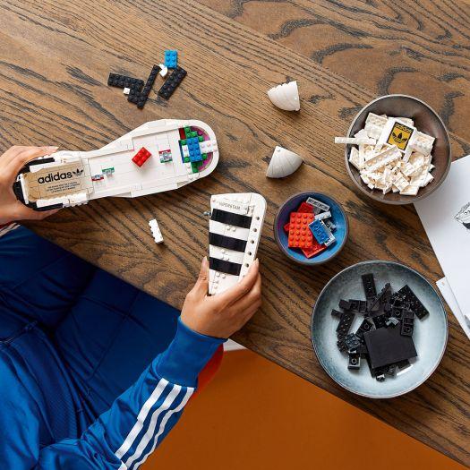 Конструктор LEGO Icons Кросівки adidas Originals Superstar (10282)купити